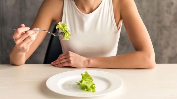 7 dấu hiệu nhận biết một người đang gặp phải chứng rối loạn ăn uống - Ảnh 1.