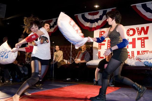 Môn thể thao mềm mại nhất thế giới đã có giải đấu quốc tế: Khi phụ nữ đọ tài bằng gối bông - Ảnh 1.