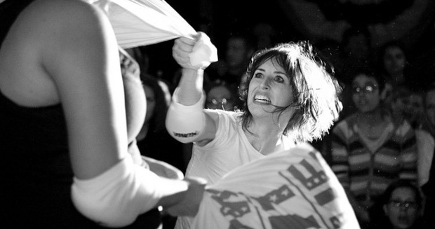 Môn thể thao mềm mại nhất thế giới đã có giải đấu quốc tế: Khi phụ nữ đọ tài bằng gối bông - Ảnh 2.