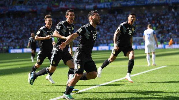 Messi đá hỏng penalty, Argentina bất lực trước đội bóng lần đầu tham dự World Cup - Ảnh 3.