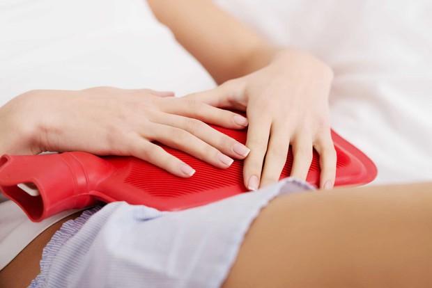 Trong ngày đèn đỏ mà đau bụng dữ dội thì nên làm ngay những việc này để giảm bớt cơn đau - Ảnh 2.