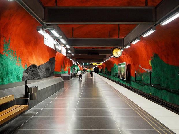 Bên trong những ga tàu điện ngầm đẹp hơn cả triển lãm nghệ thuật tại Thụy Điển - Ảnh 2.