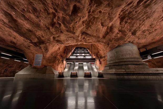 Bên trong những ga tàu điện ngầm đẹp hơn cả triển lãm nghệ thuật tại Thụy Điển - Ảnh 11.