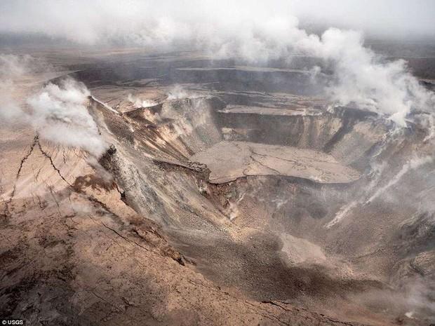 Dùng drone quan sát núi lửa vừa tàn phá Hawaii, chuyên gia phát hiện ra miệng núi vẫn đang mở rộng mỗi ngày - Ảnh 7.