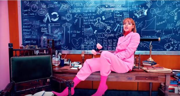 Nguy hiểm không kém Taylor Swift, Black Pink cũng để lại 17 thông điệp ẩn đầy tính khiêu chiến trong MV mới - Ảnh 9.