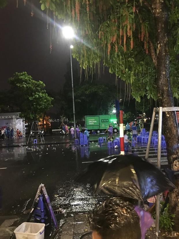 Hà Nội: Người dân hôi hàng trăm chiếc ghế nhựa của ban tổ chức khi chương trình gặp cơn mưa rào - Ảnh 4.