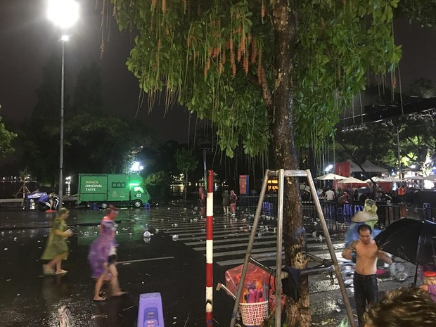 Hà Nội: Người dân hôi hàng trăm chiếc ghế nhựa của ban tổ chức khi chương trình gặp cơn mưa rào - Ảnh 5.