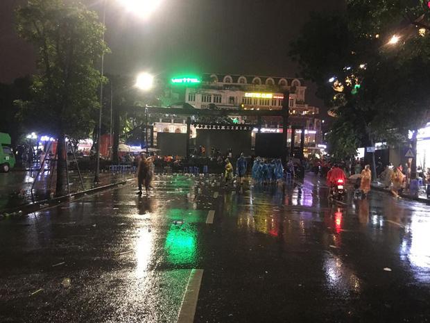 Hà Nội: Người dân hôi hàng trăm chiếc ghế nhựa của ban tổ chức khi chương trình gặp cơn mưa rào - Ảnh 6.