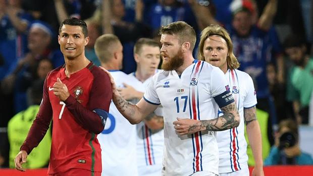 Đừng vội cười Messi, 2 năm trước Ronaldo cũng bất lực trước Iceland rồi vô địch Euro 2