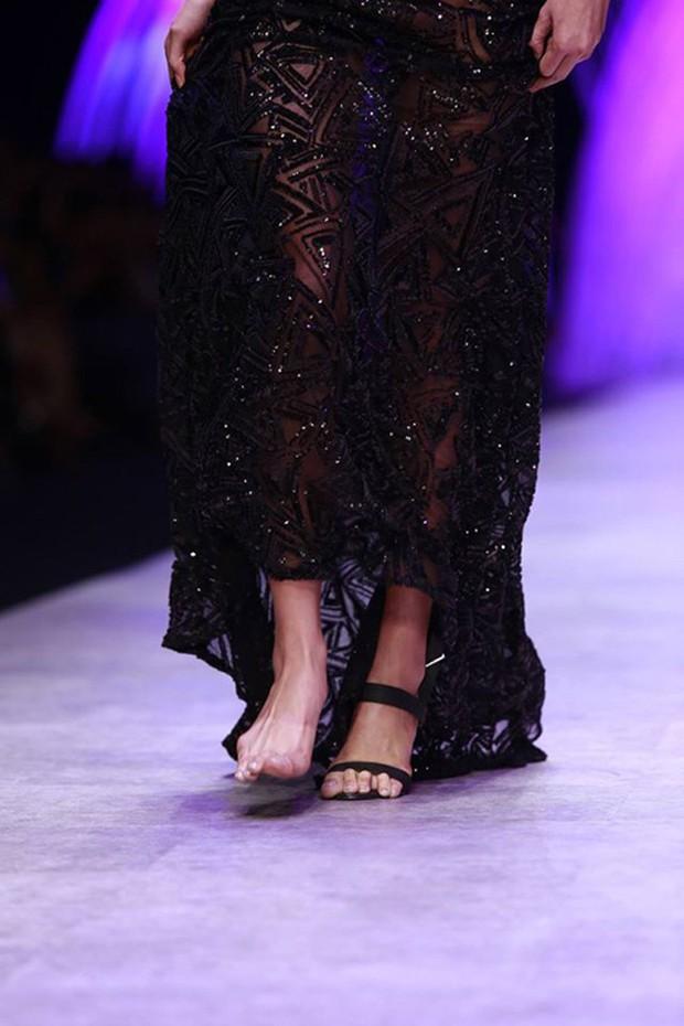 Lọ Lem rơi giày 1 lần đã cưới được hoàng tử, Minh Tú rơi giày trên runway đến 2 lần mà chưa thấy ai - Ảnh 5.