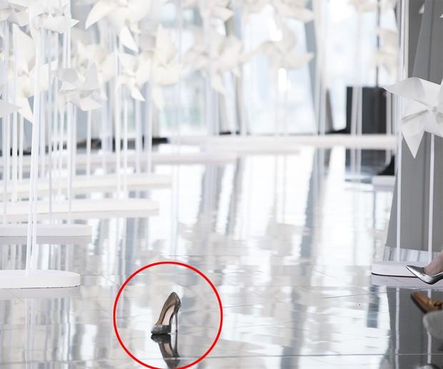 Lọ Lem rơi giày 1 lần đã cưới được hoàng tử, Minh Tú rơi giày trên runway đến 2 lần mà chưa thấy ai - Ảnh 2.