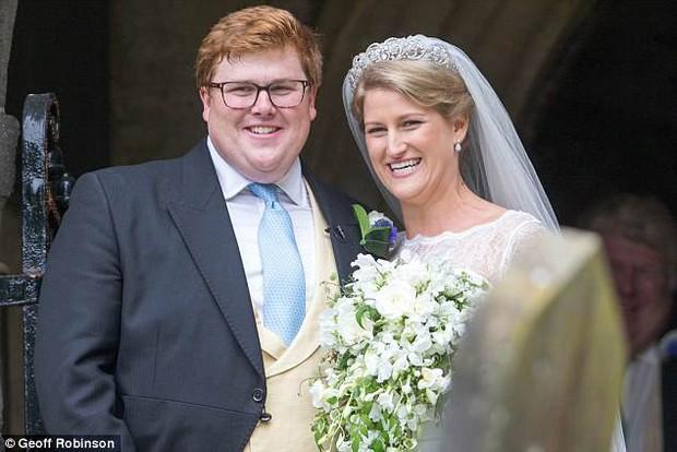 Đám cưới đặc biệt nhất hôm nay: cô dâu đeo vương miện của công nương Diana, Meghan Markle diện váy hơn trăm triệu tham dự - Ảnh 1.