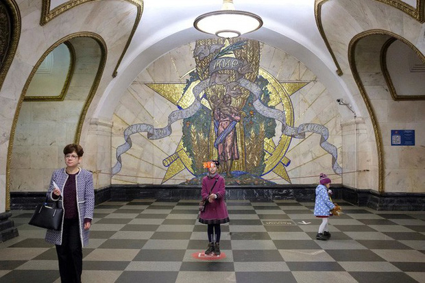 Chùm ảnh: Ngắm nhìn vẻ đẹp nguy nga như cung điện dưới lòng đất của các ga tàu điện ngầm ở Nga - Ảnh 11.