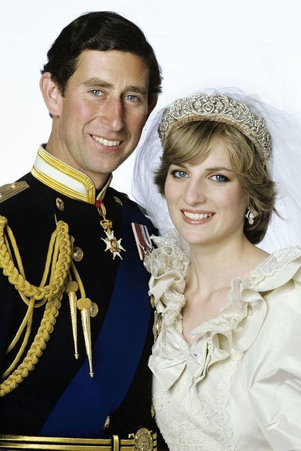 Đám cưới đặc biệt nhất hôm nay: cô dâu đeo vương miện của công nương Diana, Meghan Markle diện váy hơn trăm triệu tham dự - Ảnh 3.