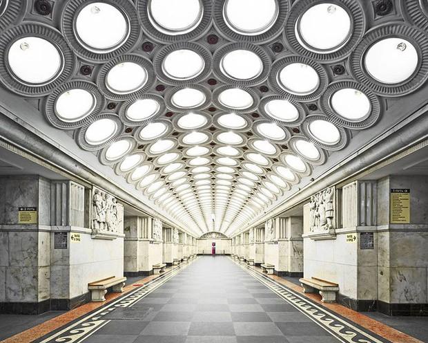 Chùm ảnh: Ngắm nhìn vẻ đẹp nguy nga như cung điện dưới lòng đất của các ga tàu điện ngầm ở Nga - Ảnh 3.