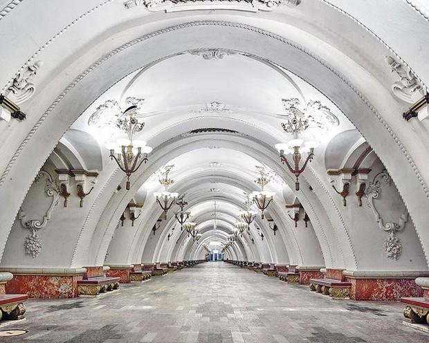 Chùm ảnh: Ngắm nhìn vẻ đẹp nguy nga như cung điện dưới lòng đất của các ga tàu điện ngầm ở Nga - Ảnh 7.