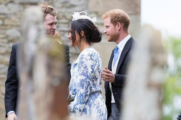 Đám cưới đặc biệt nhất hôm nay: cô dâu đeo vương miện của công nương Diana, Meghan Markle diện váy hơn trăm triệu tham dự - Ảnh 9.