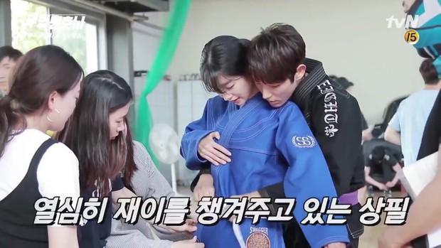 Lee Jun Ki công khai...chạm vòng 1 bạn diễn nữ trong clip hậu trường - Ảnh 2.