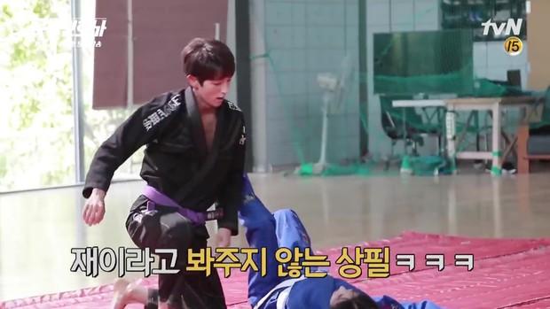 Lee Jun Ki công khai...chạm vòng 1 bạn diễn nữ trong clip hậu trường - Ảnh 4.