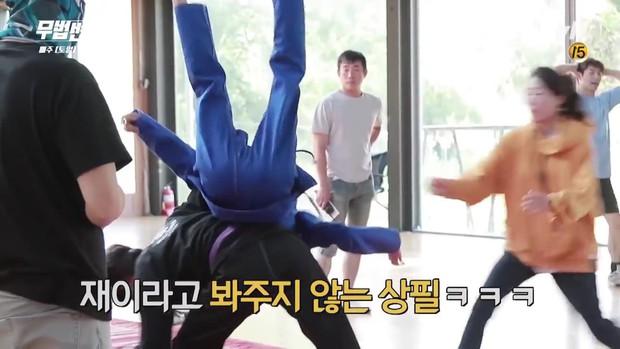 Lee Jun Ki công khai...chạm vòng 1 bạn diễn nữ trong clip hậu trường - Ảnh 5.