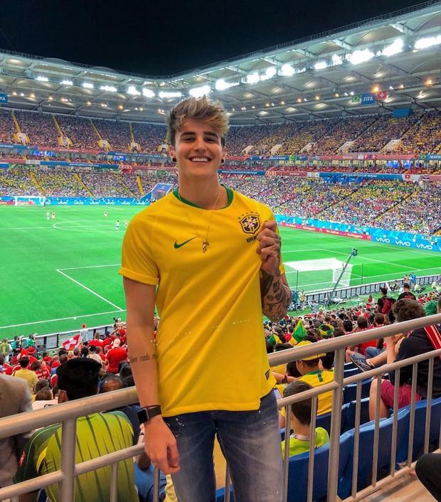 Cổ động viên Brazil đẹp trai được dân mạng truy tìm sau khi xuất hiện trên khán đài cổ vũ - Ảnh 2.