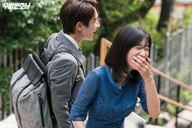 Lee Jun Ki công khai...chạm vòng 1 bạn diễn nữ trong clip hậu trường - Ảnh 12.