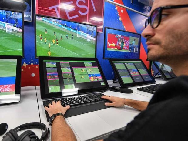 Toàn cảnh vận hành công nghệ VAR của World Cup 2018: Nơi đưa ra những phán quyết sinh sát quyền lực nhất - Ảnh 5.