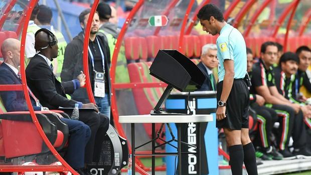 Toàn cảnh vận hành công nghệ VAR của World Cup 2018: Nơi đưa ra những phán quyết sinh sát quyền lực nhất - Ảnh 14.