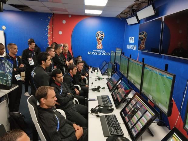 Toàn cảnh vận hành công nghệ VAR của World Cup 2018: Nơi đưa ra những phán quyết sinh sát quyền lực nhất - Ảnh 1.