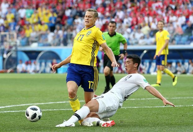 Cầu thủ Hàn Quốc đổ gục xuống sân sau trận thua đau ngày ra quân ở World Cup 2018 - Ảnh 3.