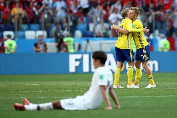 Cầu thủ Hàn Quốc đổ gục xuống sân sau trận thua đau ngày ra quân ở World Cup 2018 - Ảnh 9.
