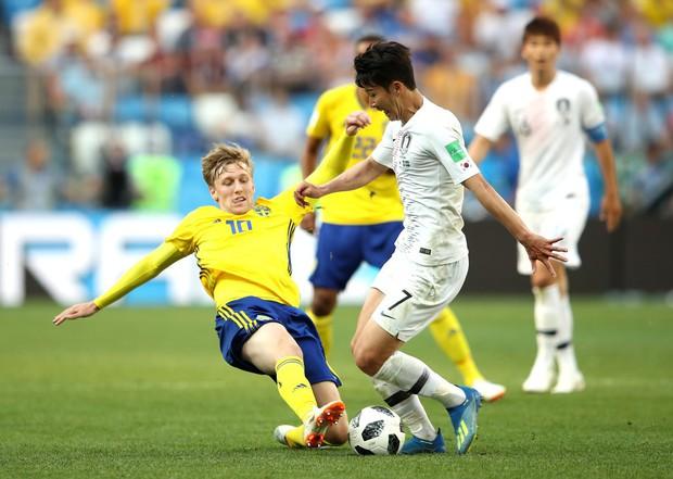 Cầu thủ Hàn Quốc đổ gục xuống sân sau trận thua đau ngày ra quân ở World Cup 2018 - Ảnh 2.