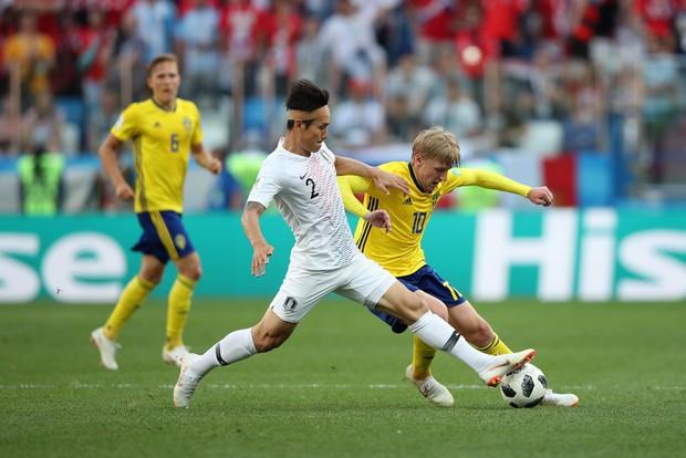Cầu thủ Hàn Quốc đổ gục xuống sân sau trận thua đau ngày ra quân ở World Cup 2018 - Ảnh 1.