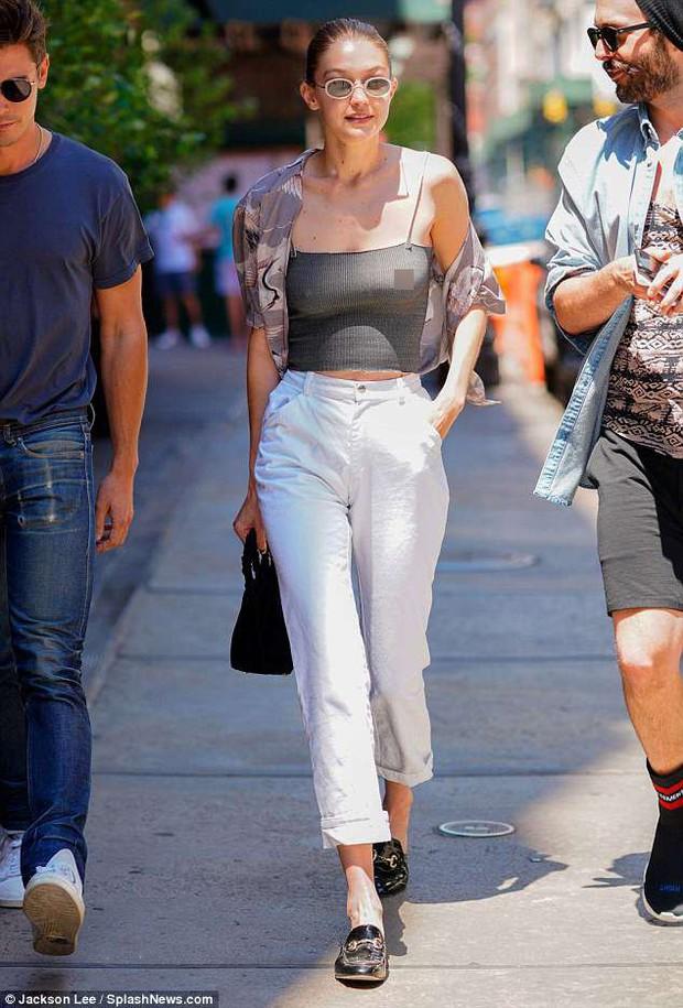 Diện áo mỏng không có nội y, Gigi Hadid hớ hênh nhũ hoa khi xuất hiện giữa phố đông người - Ảnh 1.