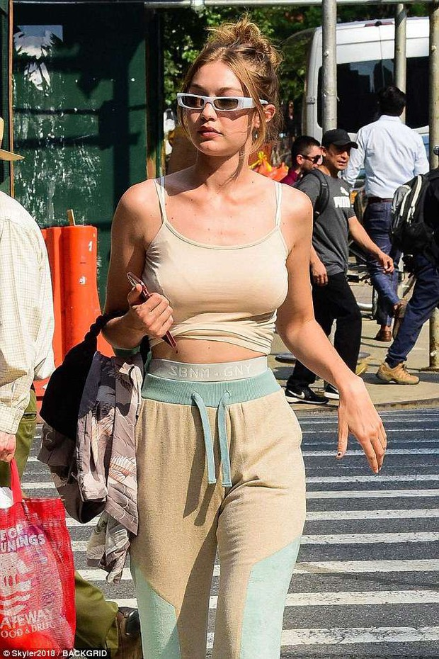 Diện áo mỏng không có nội y, Gigi Hadid hớ hênh nhũ hoa khi xuất hiện giữa phố đông người - Ảnh 5.