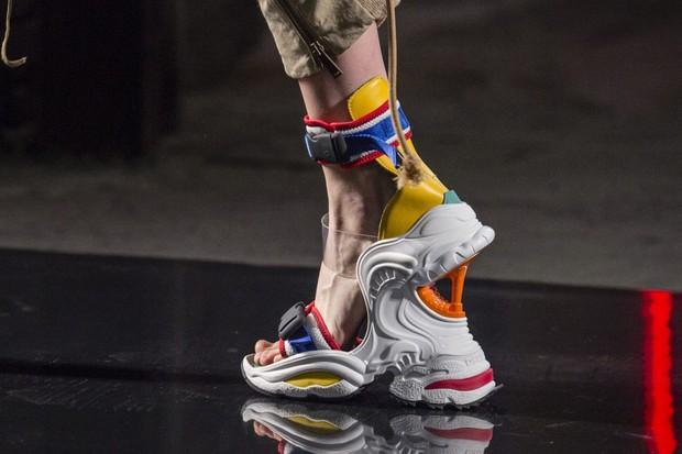 Hỏi nhanh: Đã bao giờ bạn được chiêm ngưỡng một đôi sneaker dị dạng thế này chưa? - Ảnh 1.