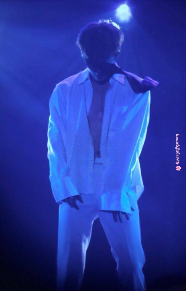 Khô máu với màn khoe múi bụng như tượng thần điêu khắc của mỹ nam ngoan hiền nhóm Wanna One - Ảnh 3.