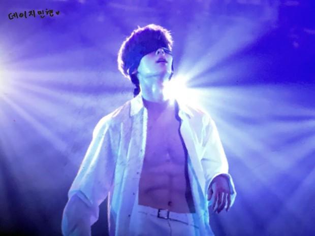 Khô máu với màn khoe múi bụng như tượng thần điêu khắc của mỹ nam ngoan hiền nhóm Wanna One - Ảnh 1.