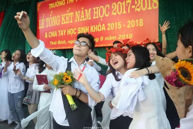 Em trai Sơn Tùng M-TP trong lễ bế giảng: Đã đẹp trai lại còn đáng yêu khi chạy khắp sân trường ôm tạm biệt mọi người! - Ảnh 2.