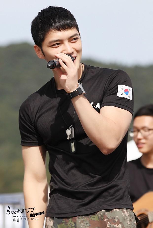 Dàn mỹ nam xứ Hàn khi vào quân ngũ: Người đẹp xuất sắc như đóng phim, kẻ xập xệ đến mức khó nhận ra - Ảnh 17.
