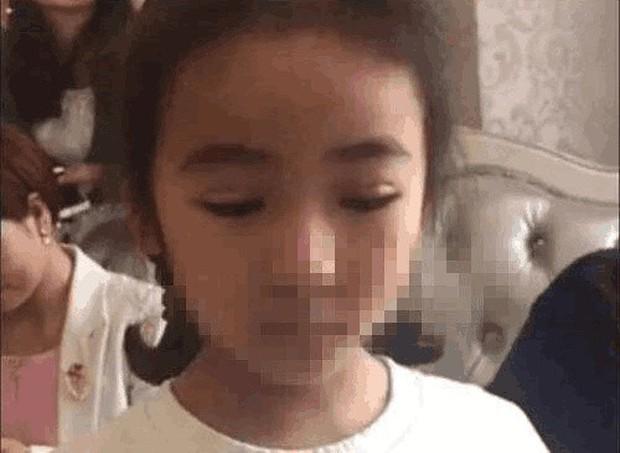 Mẹ trẻ khoe thành tựu đem con gái 7 tuổi đi cắt mí, tưởng được khen nào ngờ bị dân tình chỉ trích dữ dội - Ảnh 3.