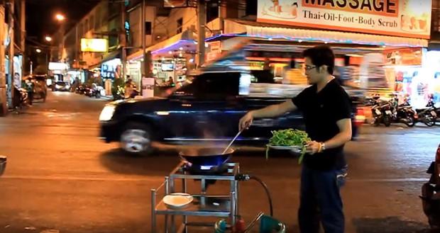Chỉ là rau muống xào thôi nhưng ở Thái Lan lại biến thành màn biểu diễn bay ảo diệu thế này - Ảnh 3.
