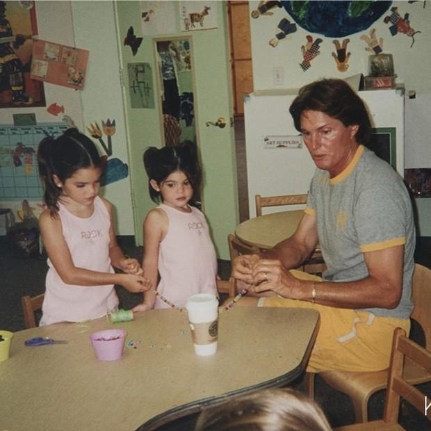 Kylie Jenner bị ném đá vì chúc mừng Ngày Của Cha trong khi bố đã chuyển giới thành phụ nữ - Ảnh 1.