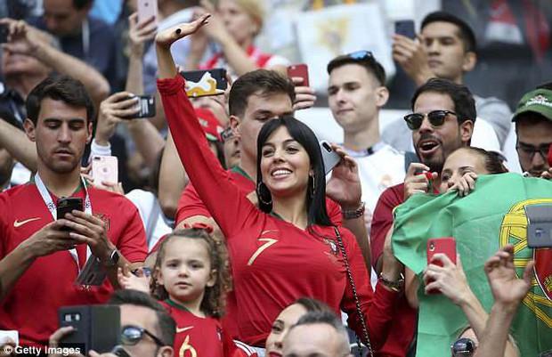 Bạn gái Ronaldo cực xinh đẹp trên khán đài, tiếp lửa cho Ronaldo - Ảnh 3.