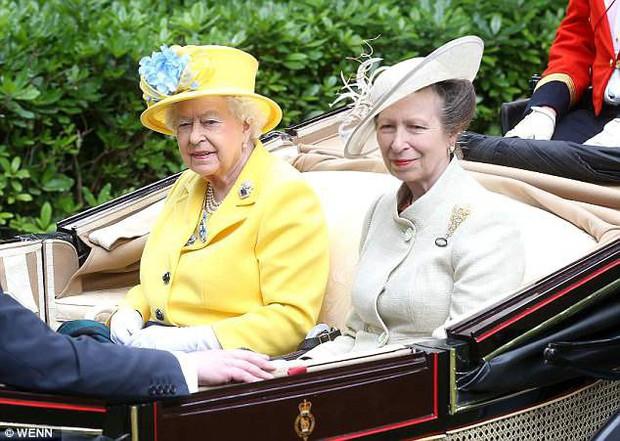 Chưa được 2 tháng tuổi, Hoàng tử Louis đã bị em gái họ mới sinh giành danh hiệu em bé nặng cân nhất Hoàng gia Anh - Ảnh 2.