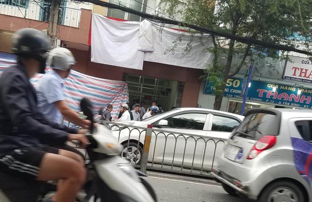 Xe máy phát nổ tại trụ sở công an phường ở Sài Gòn, 1 nữ cảnh sát bị thương - Ảnh 2.