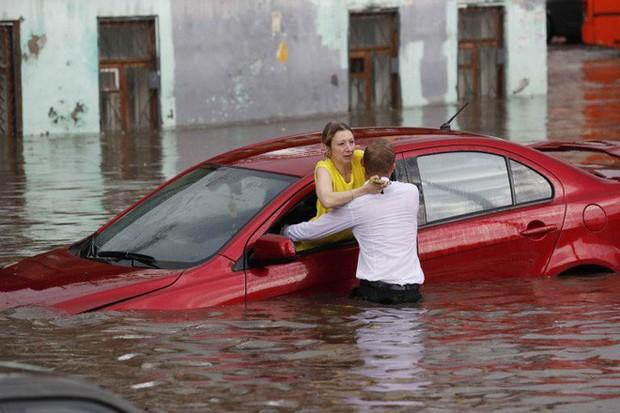 Nga: Soái ca sơ mi trắng lội nước giải cứu chị em mắc kẹt trong xe được tôn vinh như người hùng - Ảnh 2.