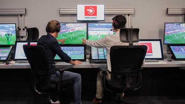 Xem cách công nghệ VAR bắt việt vị World Cup đầy tinh tế, nhìn phát tuýt còi ra ngay lỗi - Ảnh 1.