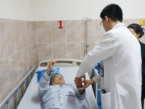 Bến Tre: Cụ bà 72 tuổi đau cột sống dữ dội, suýt liệt 2 chân vì khối u tủy rất hiếm gặp - Ảnh 3.