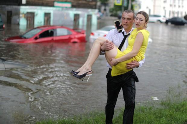 Nga: Soái ca sơ mi trắng lội nước giải cứu chị em mắc kẹt trong xe được tôn vinh như người hùng - Ảnh 3.